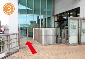 東急の入り口の脇にある階段を下ります。